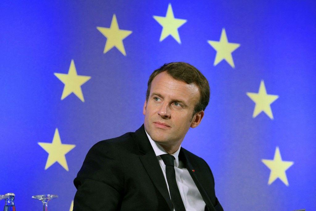 Le président français Emmanuel Macron est assis devant un drapeau de l'Union européenne lors d'un débat public sur l'Europe à l'Université Goethe de Francfort-sur-le-Main, en Allemagne.