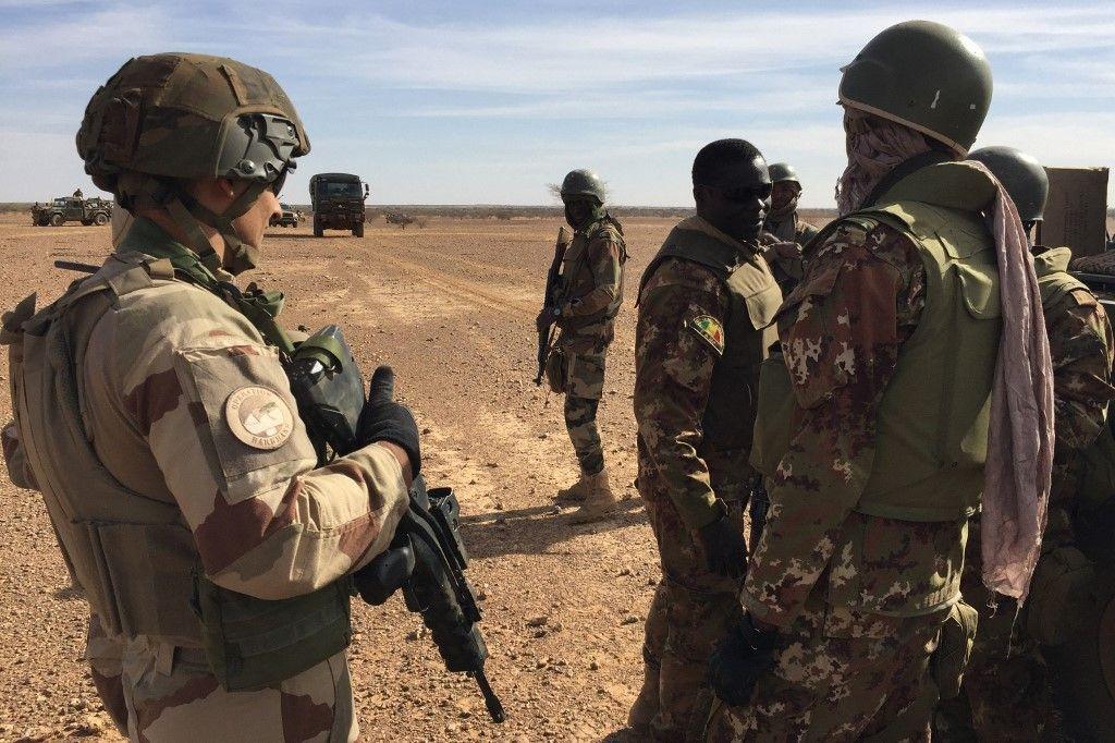 Des soldats maliens avec des soldats de la mission française Barkhane patrouillent le 2 novembre 2017 dans le centre du Mali, dans la zone frontalière avec le Burkina Faso et le Niger.