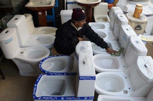 Un vendeur de toilettes, en Inde.