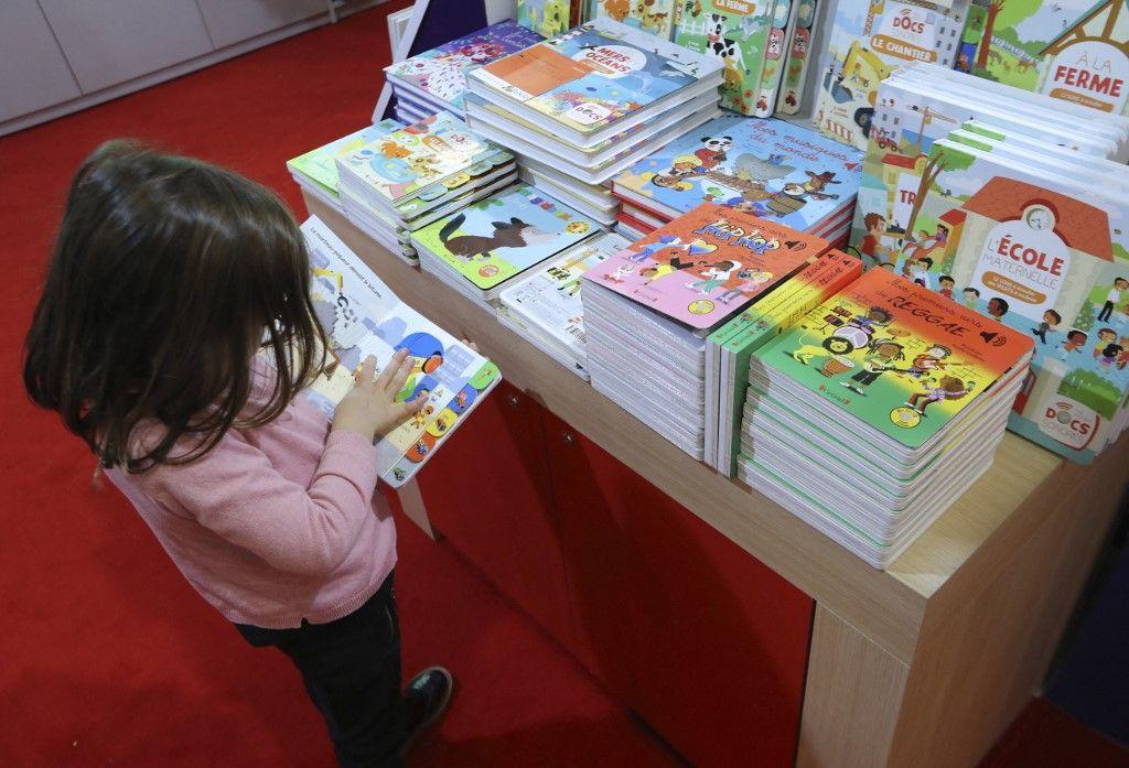 Un enfant au Salon du livre et de la presse jeunesse, à Montreuil, en 2017.