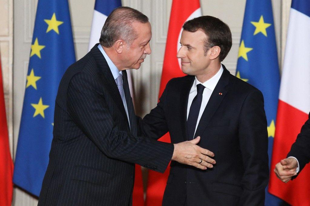 Le président Emmanuel Macron et le dirigeant turc Recep Tayyip Erdogan se saluent lors d'une conférence de presse conjointe, le 5 janvier 2018, à l'Elysée à Paris.