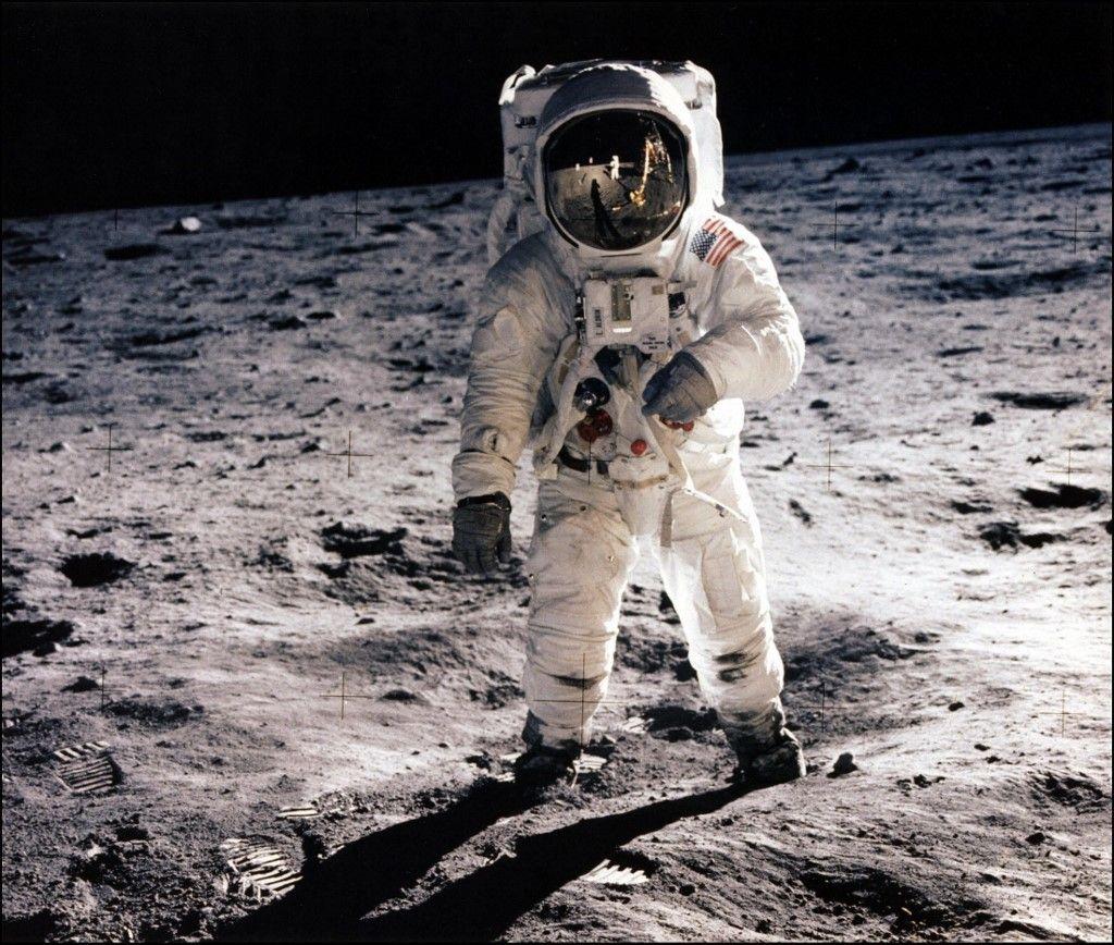 Photo prise le 20 juillet 1969 de l'astronaute Buzz Aldrin marchant sur la surface de la lune lors de l'activité extravéhiculaire d'Apollo 11. Neil Armstrong a pris cette photo.