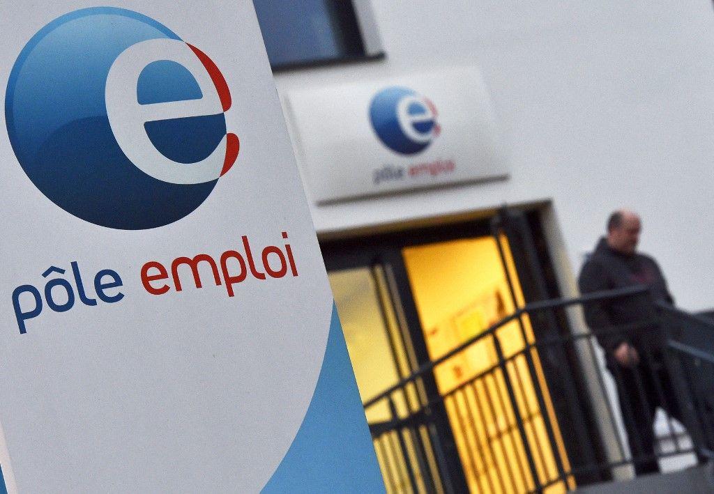 Un homme quitte une agence Pôle emploi à Nantes, le 15 janvier 2018.