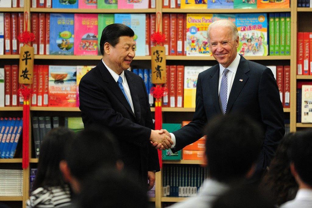L'ancien vice-président américain Joe Biden serre la main de son homologue chinois Xi Jinping lors d'une visite dans la banlieue de Los Angeles, le 17 février 2012.