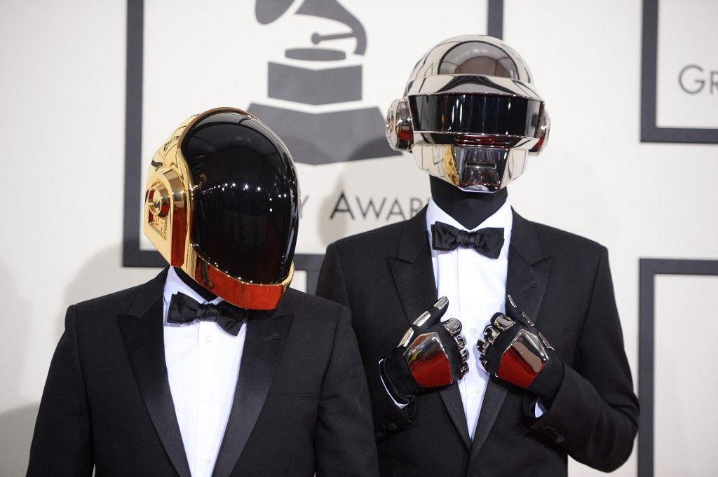 Les Daft Punk arrivent sur le tapis rouge des 56e Grammy Awards au Staples Center de Los Angeles, le 26 janvier 2014. Le duo de DJ français vient de se séparer officiellement.