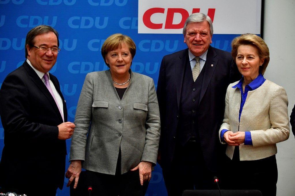 Le chef du parti de l'Union chrétienne-démocrate (CDU) en Rhénanie du Nord-Westphalie, Armin Laschet, la chancelière allemande Angela Merkel et Ursula von der Leyen posent après une réunion de direction en janvier 2018 au siège de la CDU à Berlin.