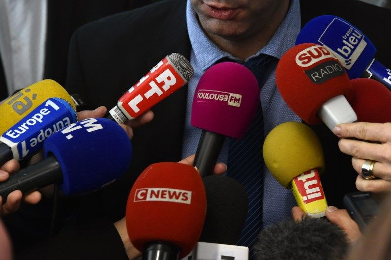 De nombreux journalistes en pleine interview auprès d'une personnalité politique.