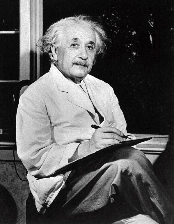 """Albert Einstein : """"Dieu ne joue pas aux dés avec la vie. La science sans religion est boiteuse, mais la religion sans la science est aveugle"""""""