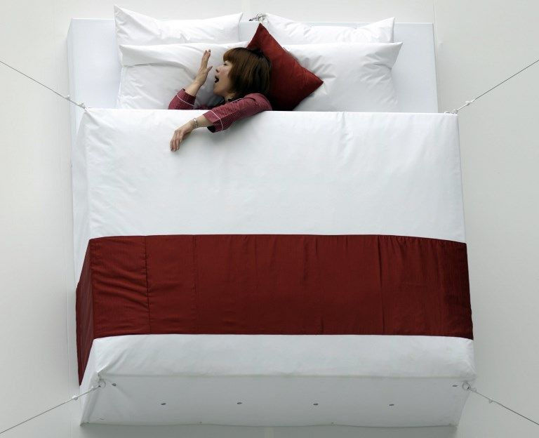 Une femme tente de trouver le sommeil.