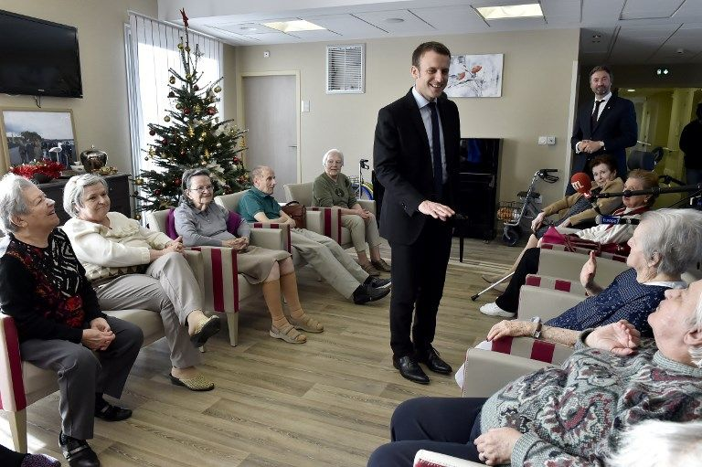 Emmanuel Macron lors d'une visite dans une maison de retraite.