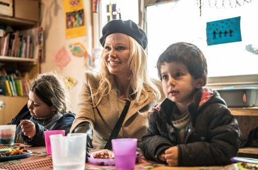"""Quand Pamela Anderson (""""Alerte à Malibu"""") joue """"Alerte à la Grande-Synthe"""" chez les migrants !"""