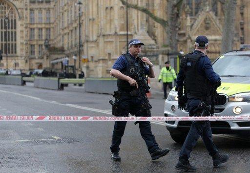 La police est intervenue rapidement et a demandé aux membres du parlement de se mettre à terre.
