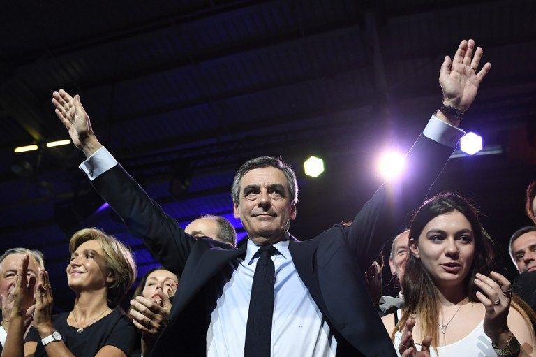 Au meeting parisien de François Fillon, un feu nourri de critiques contre Emmanuel Macron