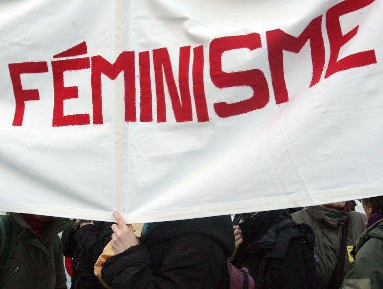 Une banderole de militants féministes lors d'une manifestation.