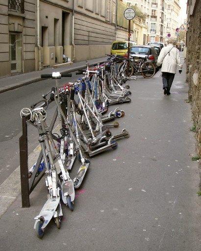 Anne Hidalgo annonce l'interdiction de stationnement des trottinettes sur les trottoirs à Paris