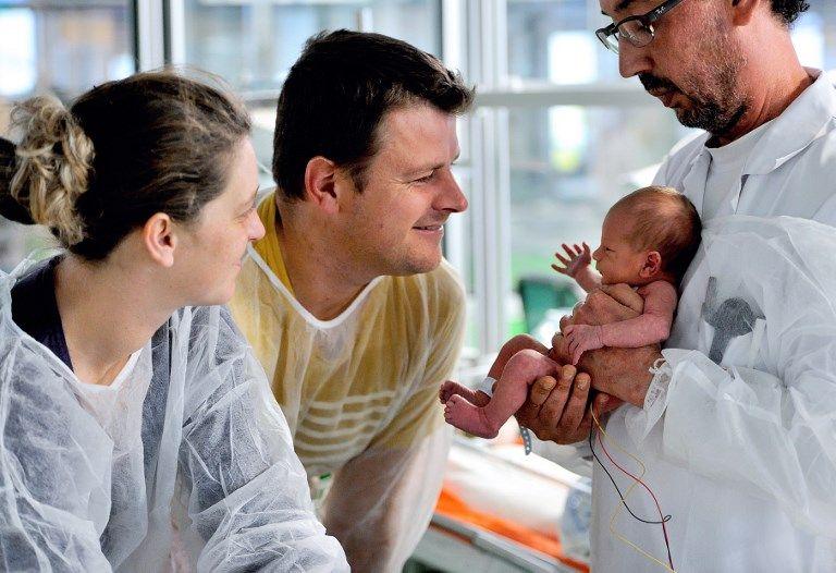Des parents dans un centre hospitalier après la naissance de leur enfant.