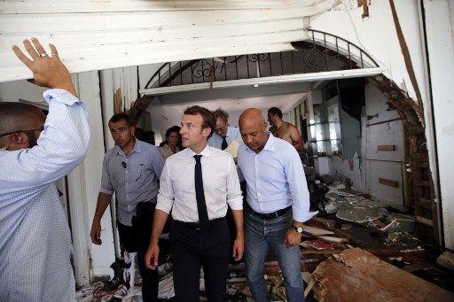 """Nuit dans un lit de camp, toilette au seau d'eau : la mise en scène très """"spartiate"""" d'Emmanuel Macron à Saint-Martin"""