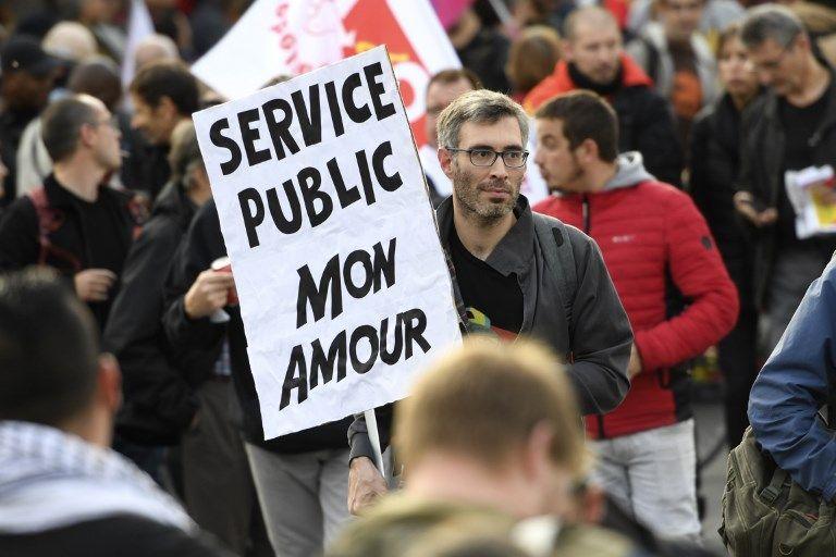 Un manifestant lors d'un rassemblement pour la défense du service public.