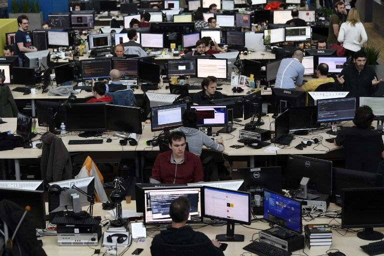 Des salariés dans les locaux de leur entreprise. La technologie affecte-t-elle toutes les entreprises de la même manière dans un pays ?