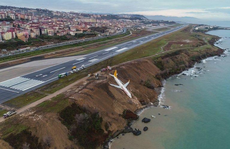 Après un atterrissage raté, un avion termine sur un flanc de falaise