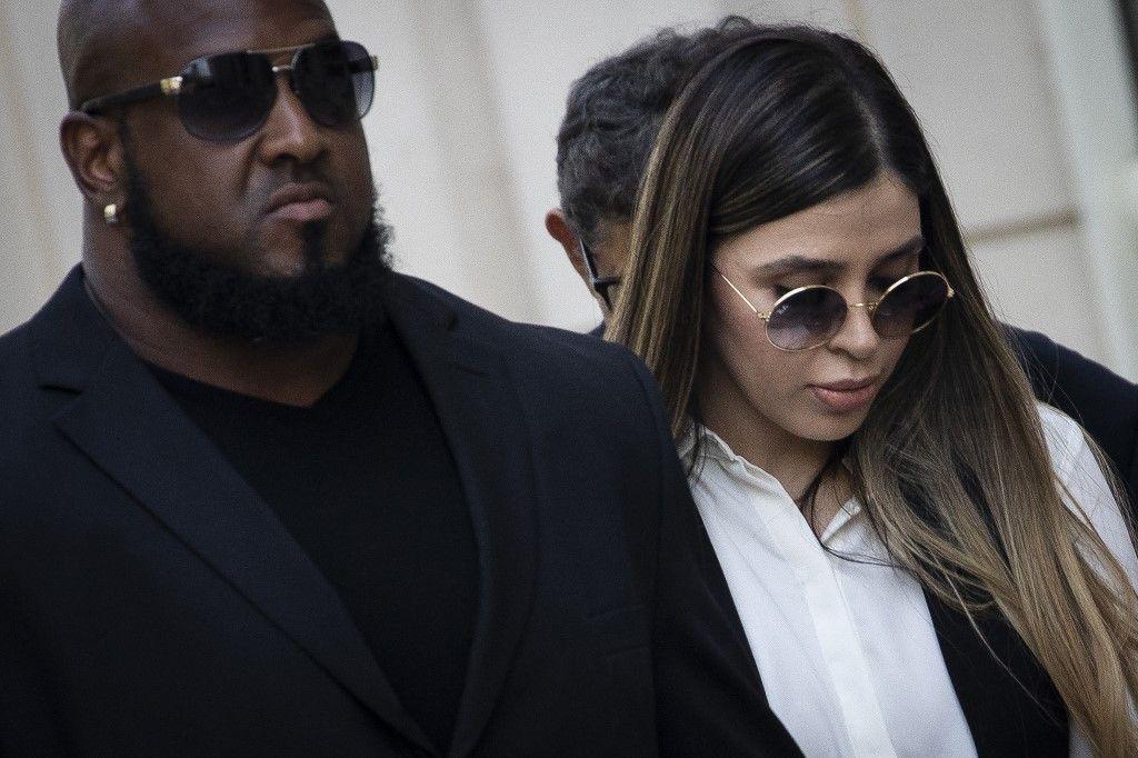 """Emma Coronel Aispuro, l'épouse de Joaquin """"El Chapo"""" Guzman, est escortée par la sécurité alors qu'elle quitte la cour fédérale, en juillet 2019 à New York. Elle a été arrêtée à Washington en février 2021."""