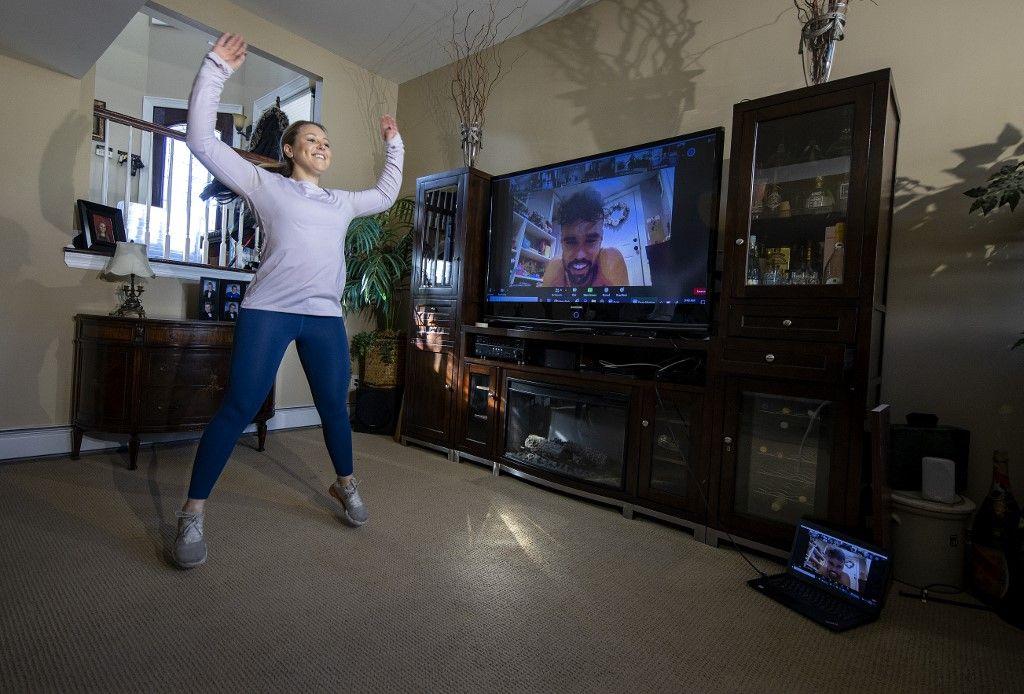 Une personne faisant une séance de fitness lors de la pandémie de Covid-19.
