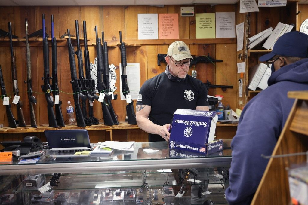 Un vendeur aide un client à acheter une arme à feu le 08 avril 2021 à Tinley Park dans l'Illinois aux Etats-Unis.