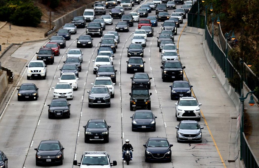 Des véhicules sur l'autoroute en direction du centre-ville de Los Angeles en avril 2021.