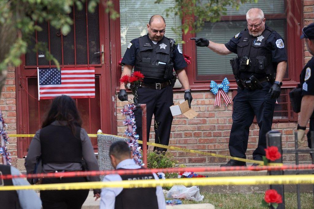 La police enquête sur une scène de crime où trois personnes ont été abattues dans le quartier de Bridgeport, le 23 juin 2021 à Chicago, dans l'Illinois.