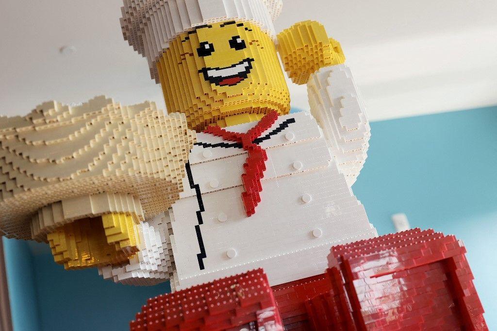 Un personnage LEGO dans le restaurant familial BRICKS à l'intérieur de l'hôtel LEGOLAND New York lors de son inauguration au LEGOLAND Resort, le 06 août 2021 à Goshen, New York.
