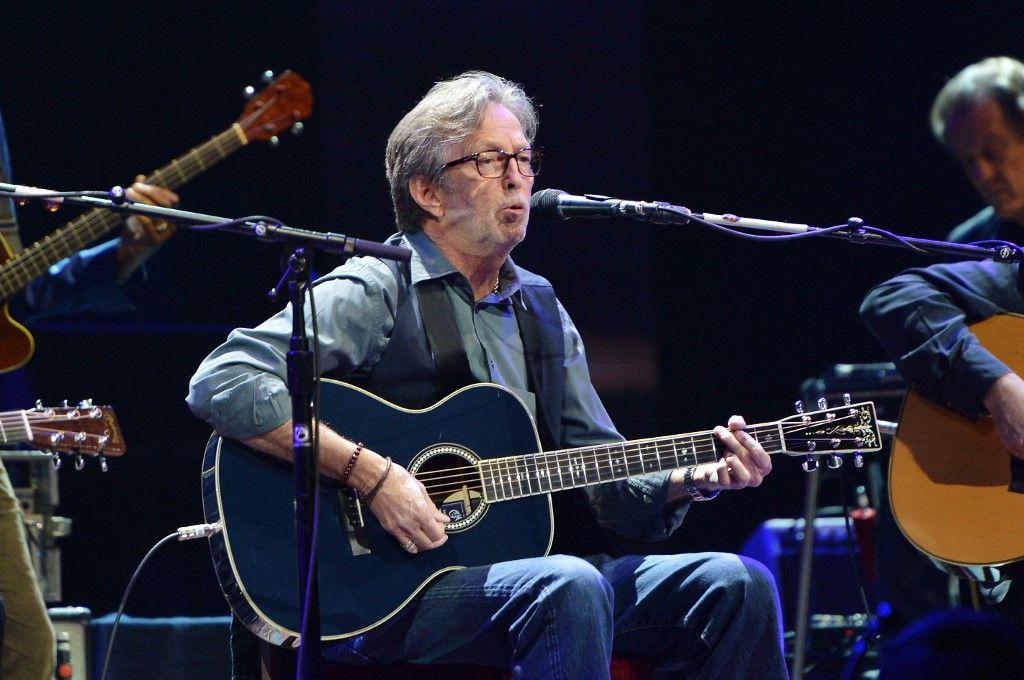 Eric Clapton se produit sur scène lors du Crossroads Guitar Festival au Madison Square Garden le 12 avril 2013 à New York.