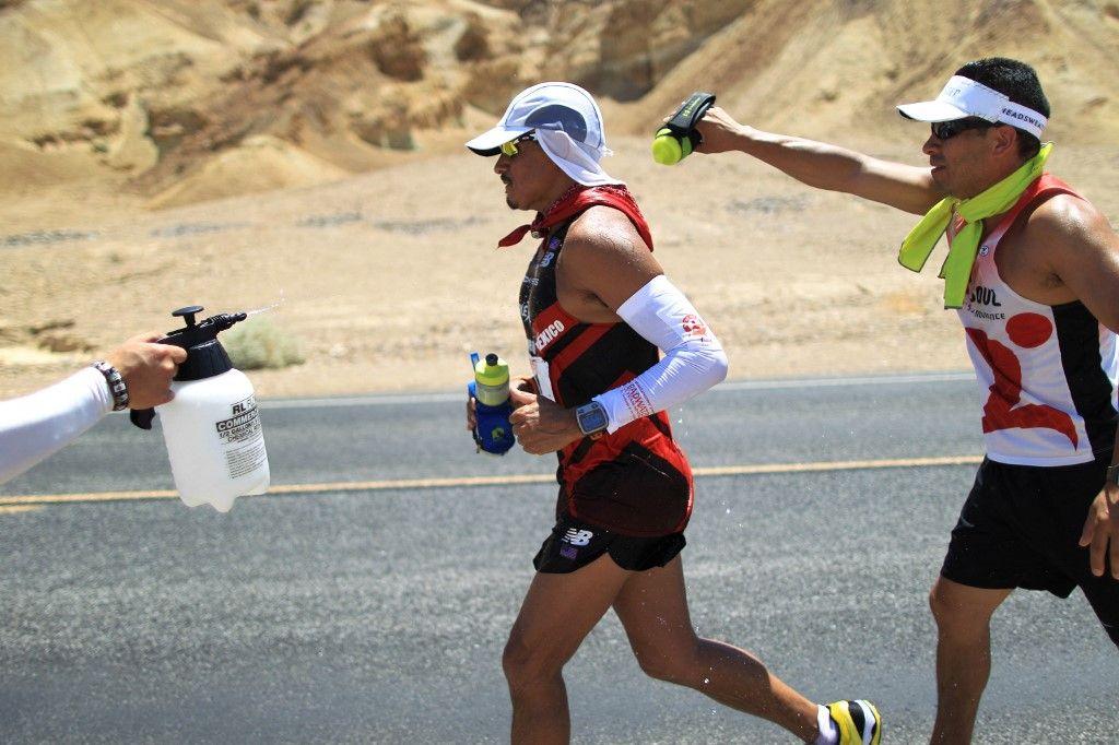 Des participants à l'ultra-marathon AdventurCORPS Badwater 135 le 15 juillet 2013 dans le parc national de Death Valley, en Californie.
