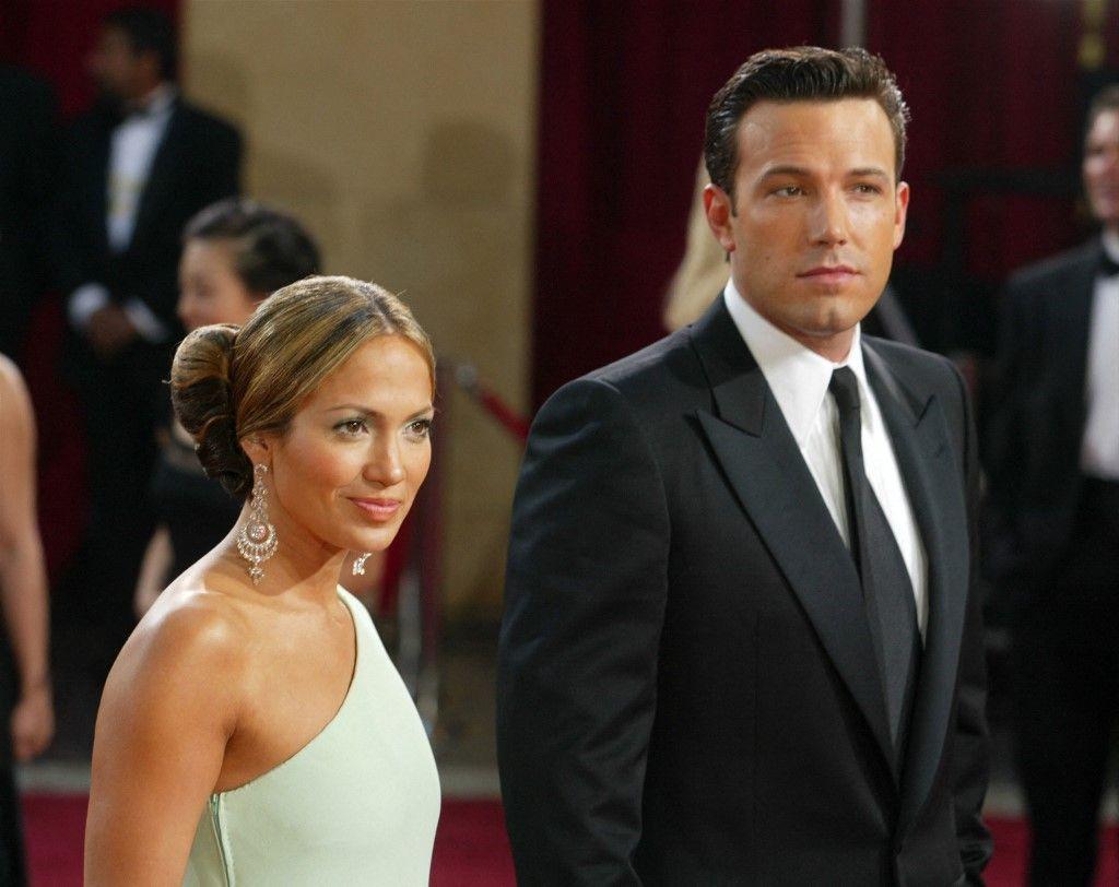 Ben Affleck et Jennifer Lopez assistent à la 75e cérémonie des Oscars au Kodak Theatre le 23 mars 2003 à Hollywood, en Californie.
