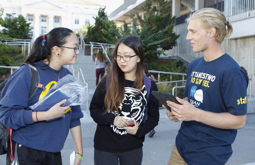 Le blogueur YouTube Laci Green invitent les étudiants de Berkeley à s'engager à soutenir une campagne sur le campus.