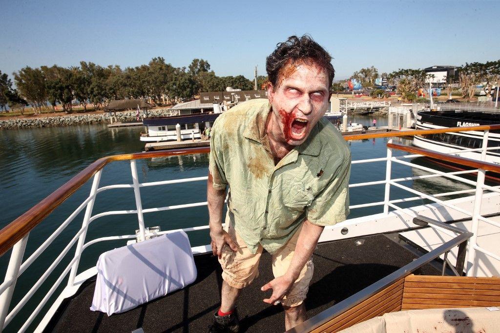 """Des acteurs jouant des zombies marchent lors d'une animation """"Fear the Walking Dead"""" lors du Comic-Con le 21 juillet 2016 à San Diego, en Californie."""