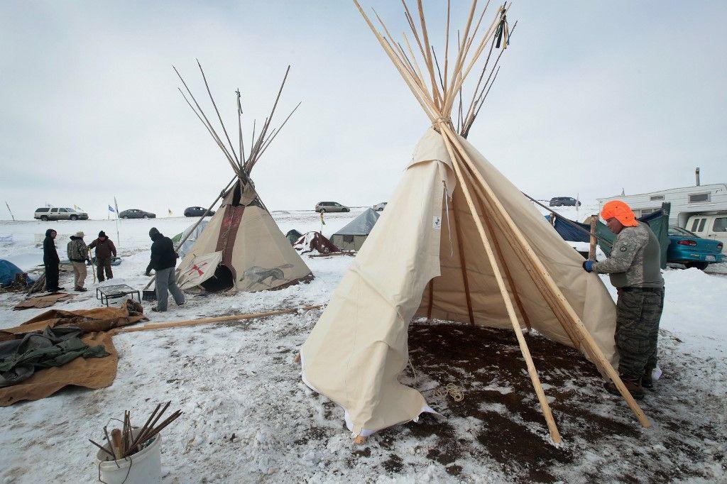 Un Mohawk aide à construire un tipi au camp Oceti Sakowin, en bordure de la réserve Sioux de Standing Rock, le 2 décembre 2016.