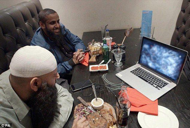 La radicalisation s'effectue sur Internet, certes, mais il existe souvent un ancrage local initial : pour visualiser des sites djihadistes, encore faut-il avoir l'idée d'aller les consulter