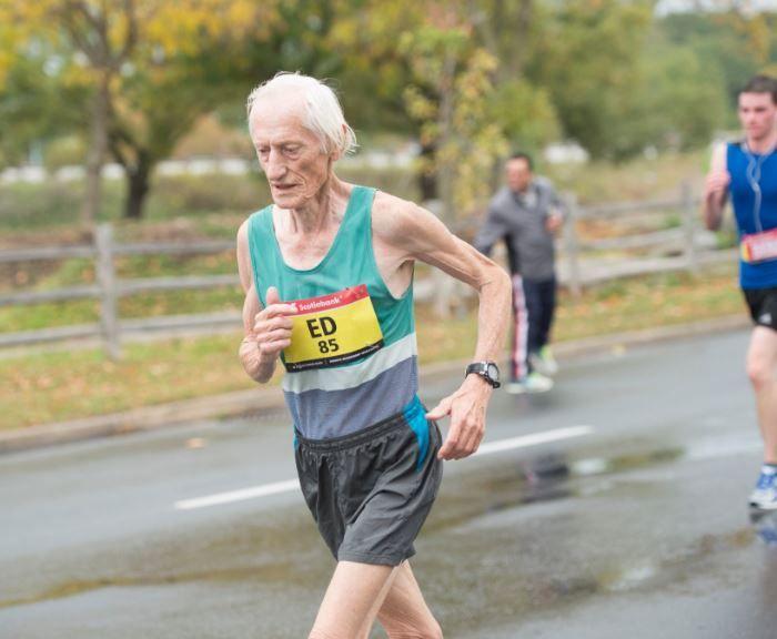 À 85 ans, un Canadien a pulvérisé le record du marathon de sa catégorie
