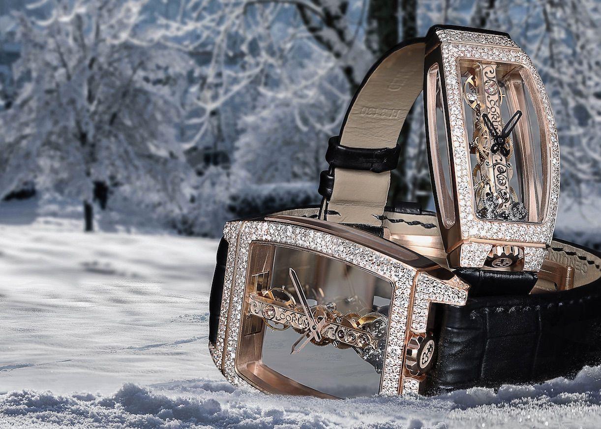 Un habit de diamants sertis comme des cristaux de neige pour une montre totalement ouverte à la lumière…