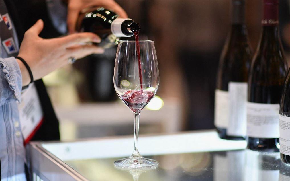 Un exposant sert un verre de vin rouge lors de la Vinexpo au Javits Center en mars 2020 à New York.