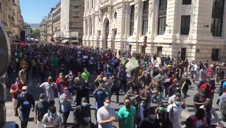 Plusieurs milliers de clandestins ont défilé à Paris malgré l'interdiction de la préfecture