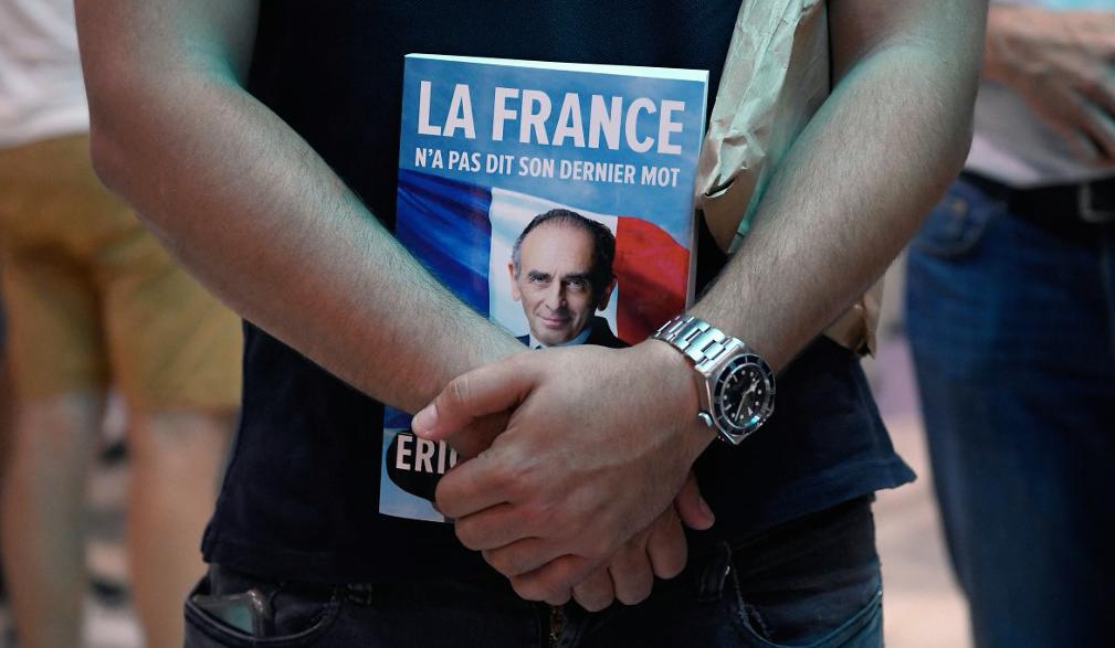 Un homme tient le nouveau livre d'Eric Zemmour, « La France n'a pas dit son dernier mot », à Toulon, le 17 Septembre, 2021.