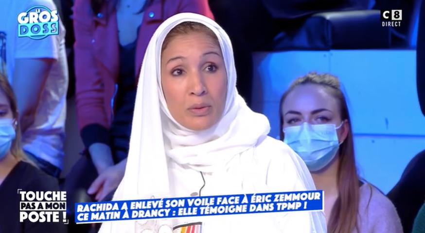 """Rachida, qui a participé à l'émission """"Face à la rue"""" sur CNews dans la ville de Drancy, a reçu des menaces de mort pour avoir retiré son voile devant Eric Zemmour."""