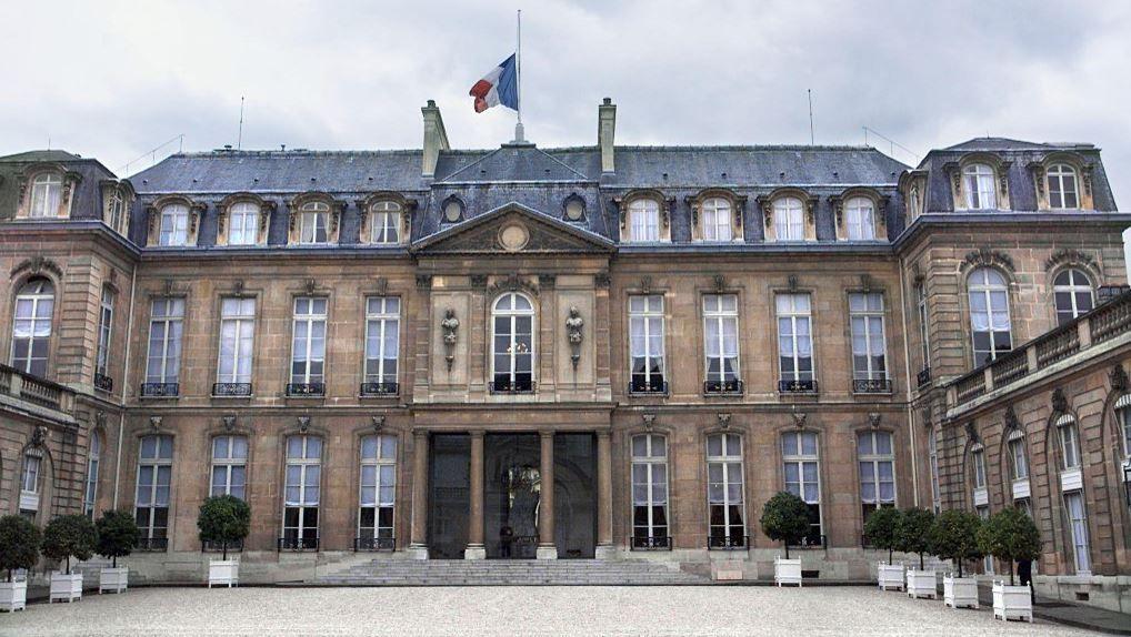 Vue de la cour du Palais présidentiel de l'Elysée à Paris en septembre 2001.