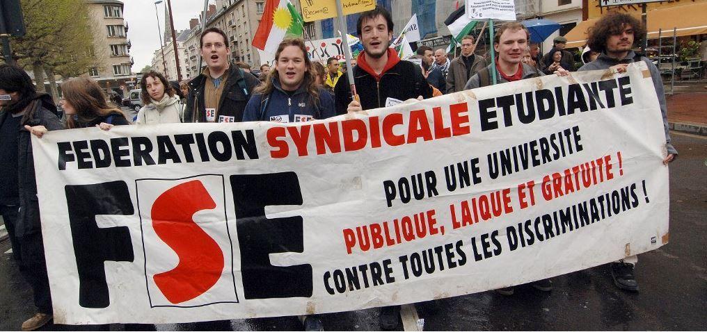 Des milliers de personnes et des syndicats étudiants manifestent à Caen le 1er mai 2006 pour protester contre la précarité de l'emploi.