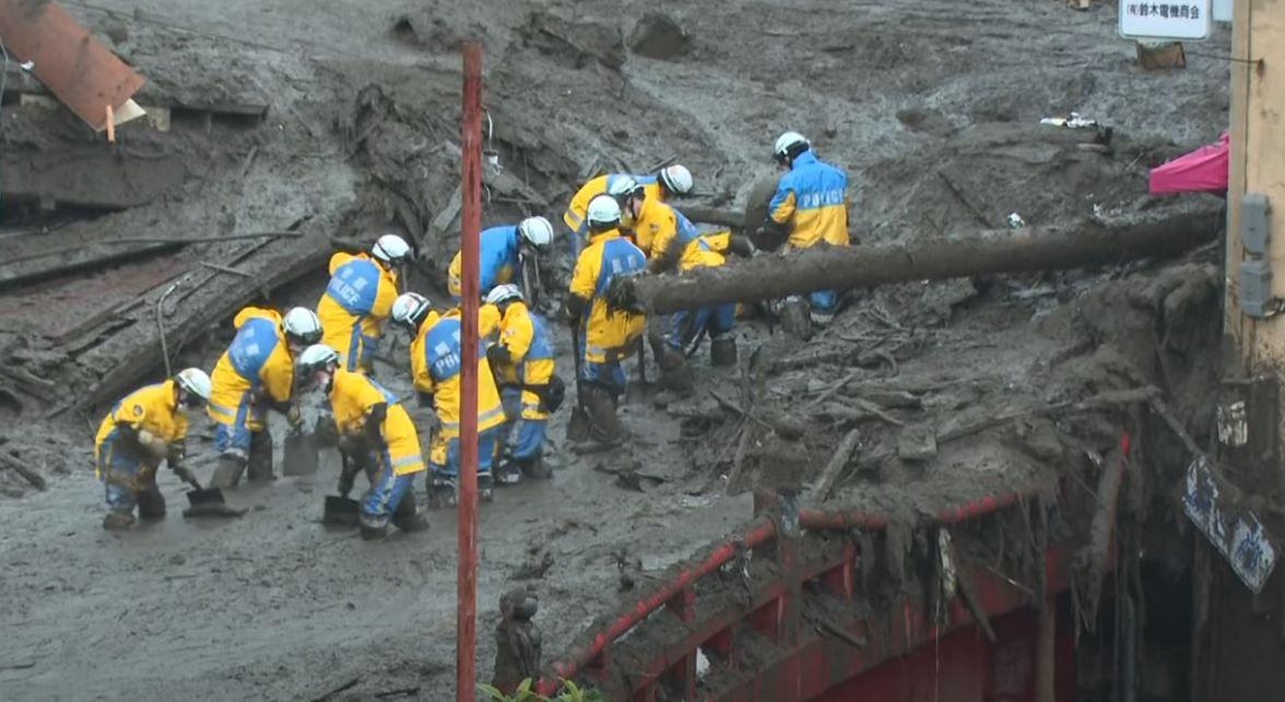 Les secouristes sont mobilisés à Atami au Japon afin de tenter de trouver d'éventuels survivants après le glissement de terrain.