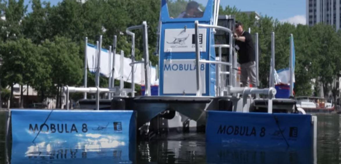 L'association du navigateur Yvan Bourgnon a présenté le Mobula 8, un nouveau bateau de dépollution fluviale.