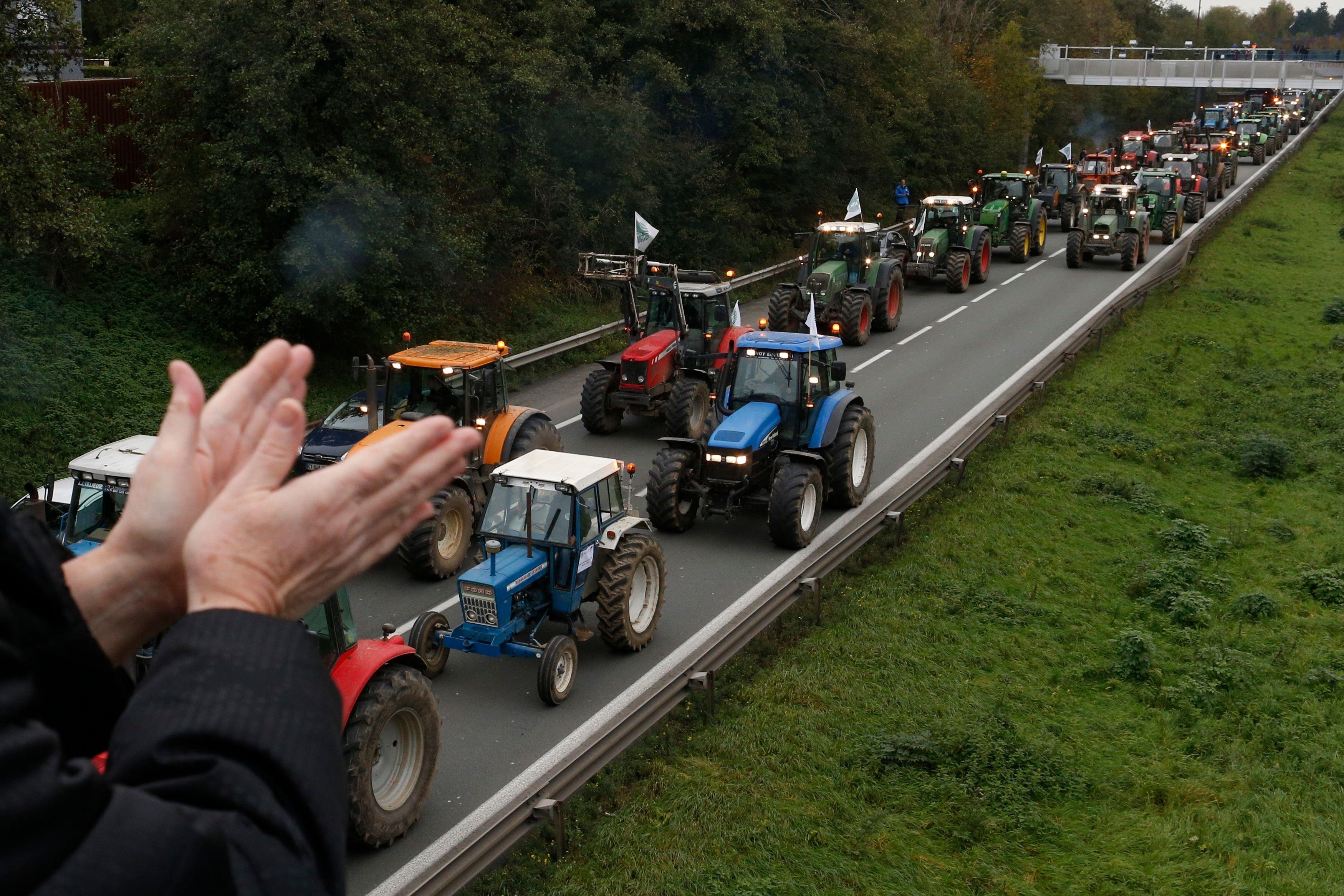 Les agriculteurs manifestent contre les taxes.