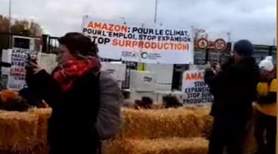 Black Friday : des militants écologistes ont bloqué un dépôt Amazon en Essonne