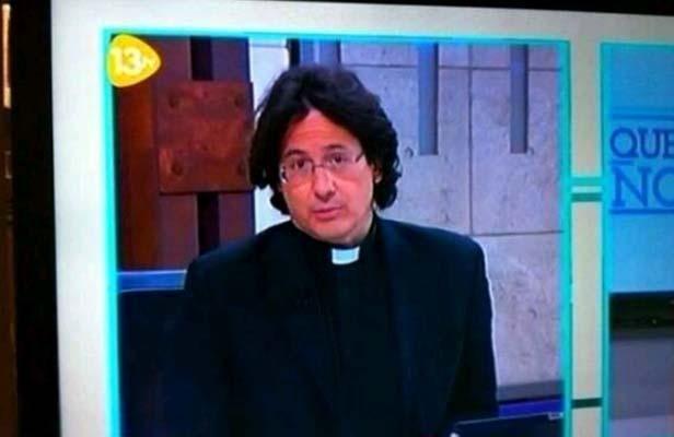 Javier Alonso Sandoica est présentateur et curé